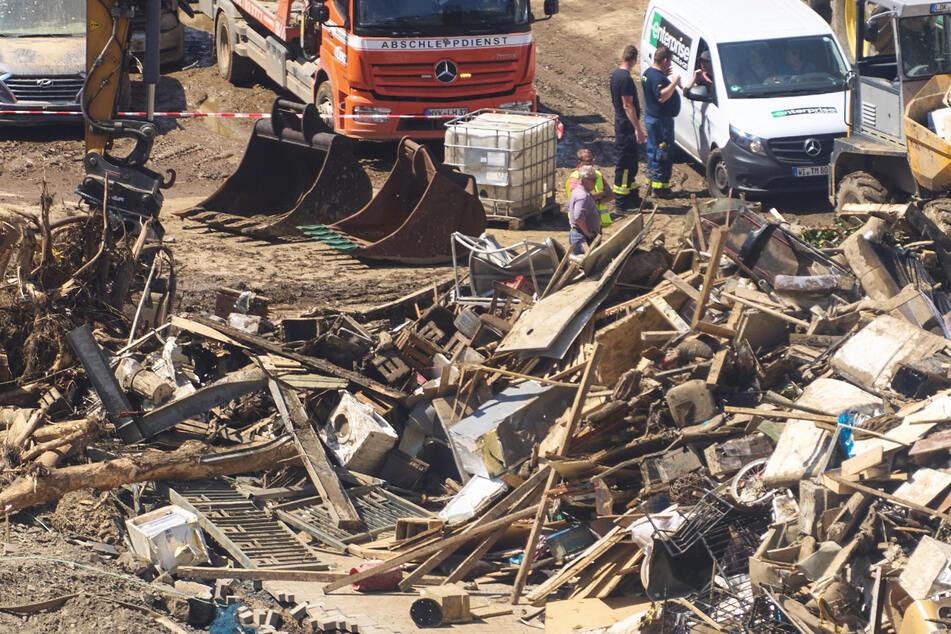 Bagger beseitigen nach dem katastrophalen Hochwasser in Rheinland-Pfalz den Schutt auf den Straßen.