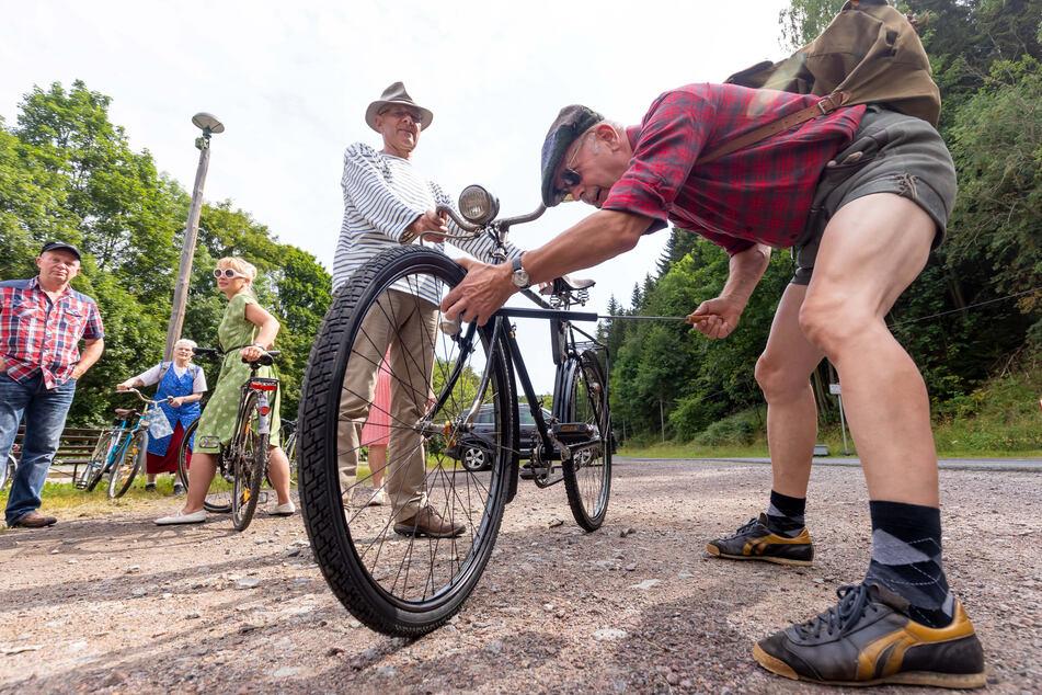 Mit Lederhosen und Klappfahrrad: Historische Radpartie durch das Erzgebirge