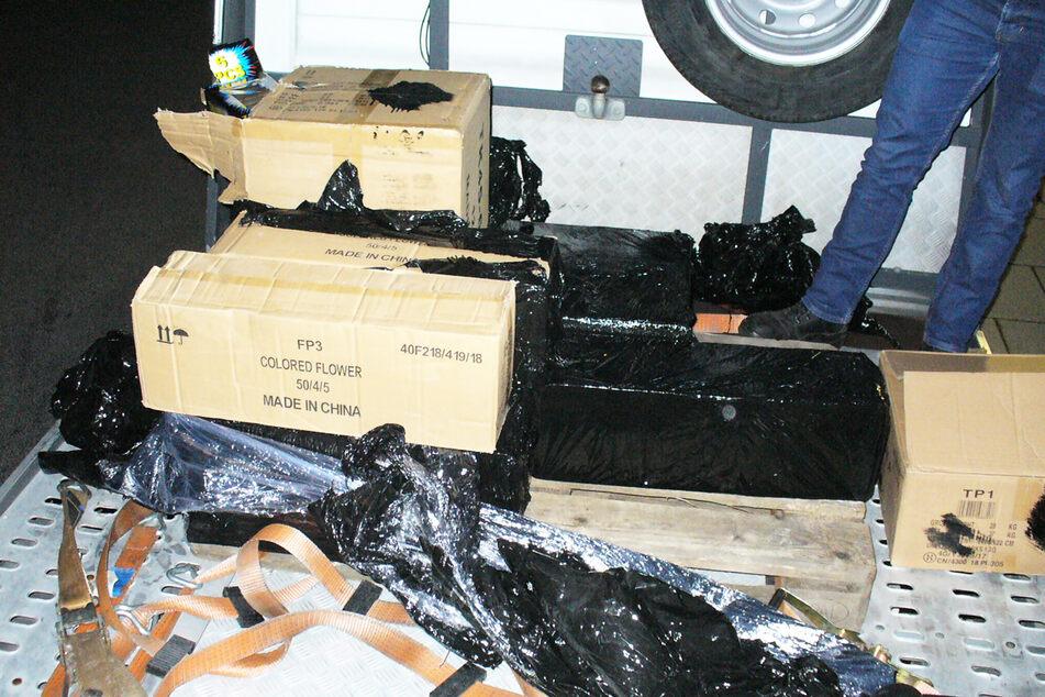 In schwarze Folie eingeschlagene Pakete fand der Zoll auf der Ladefläche des Transporters.