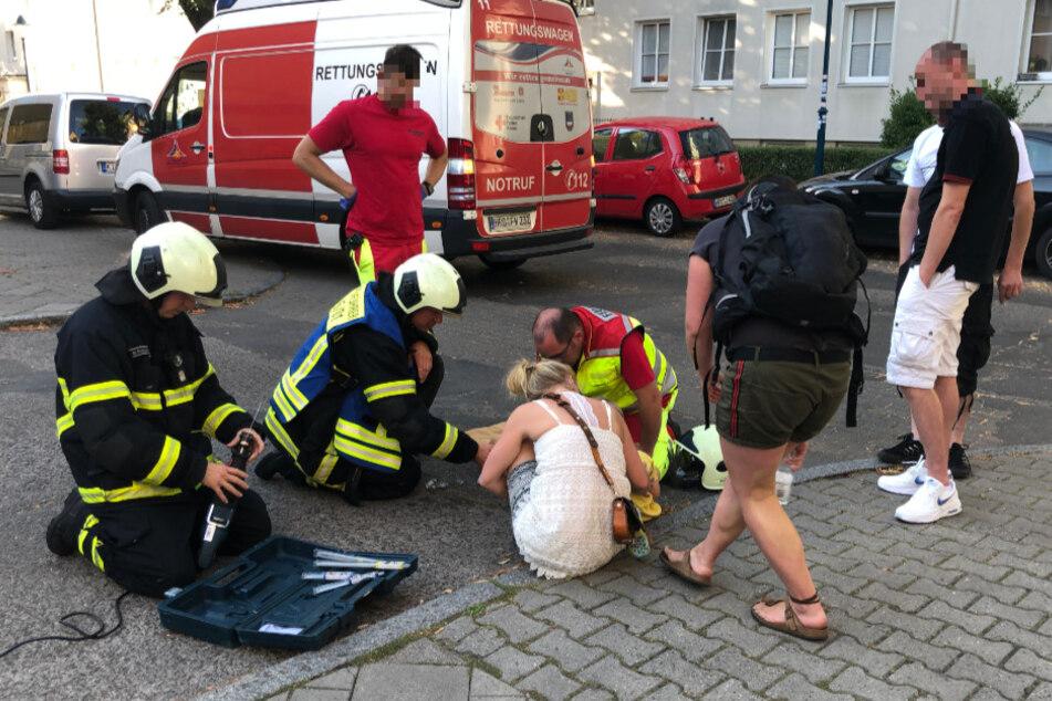Kind (3) rutscht mit Fuß in Gullydeckel und bleibt stecken