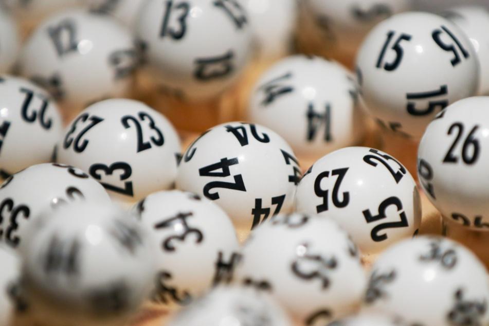 Lottokugeln liegen durcheinander.