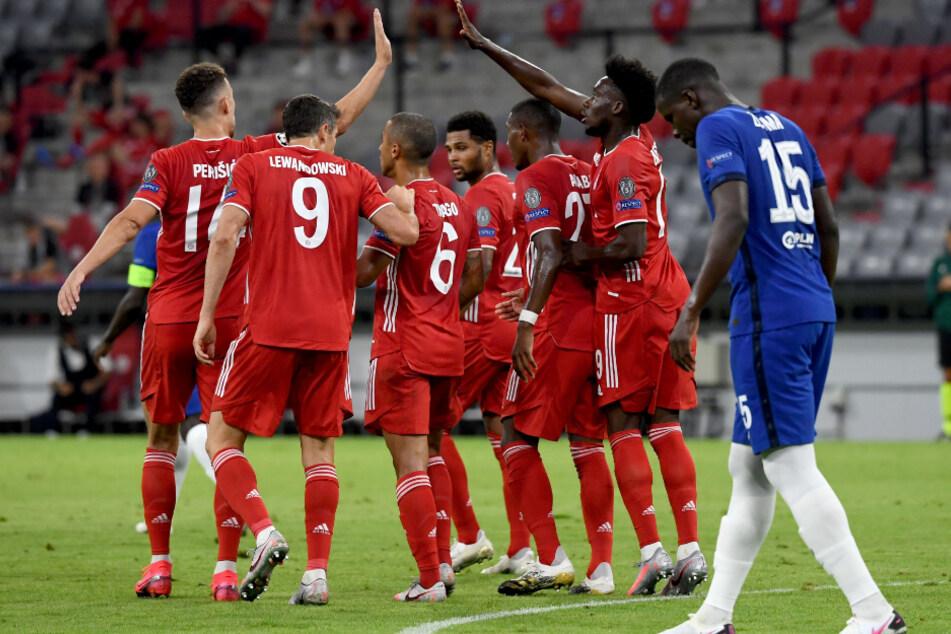 Ivan Perisic (l) jubelt nach seinem Treffer zum 2:0 mit seinen Teamkollegen.