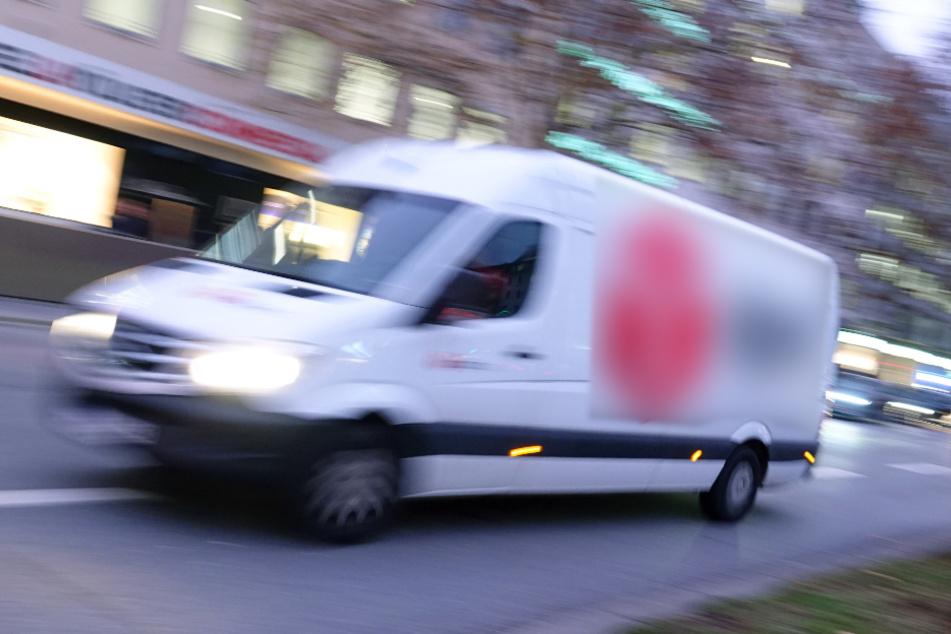 Paketzusteller fährt in falscher Richtung durch Einbahnstraße, Fußgänger stirbt