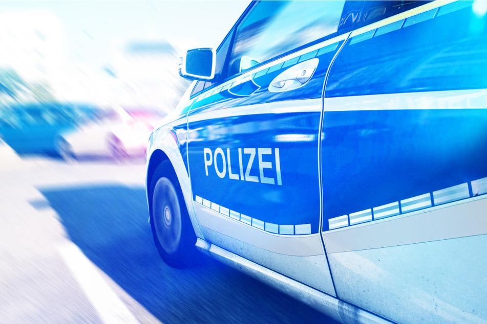 Das Kleinkind ist plötzlich auf die Straße gerannt. Der Fahrer des Polizeiwagens stand unter dem Eindruck des Geschehens. (Symbolbild)