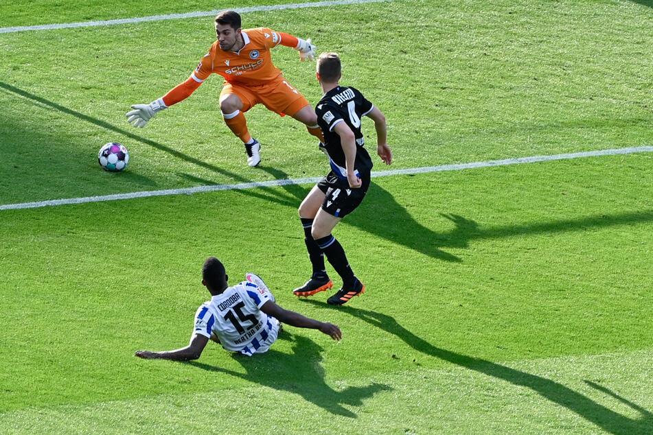 Die größte Chance der ersten Halbzeit: Jhon Cordoba (l.) trifft nur den Pfosten. Bielefelds Keeper Stefan Ortega (M.) wär nicht mehr herangekommen.