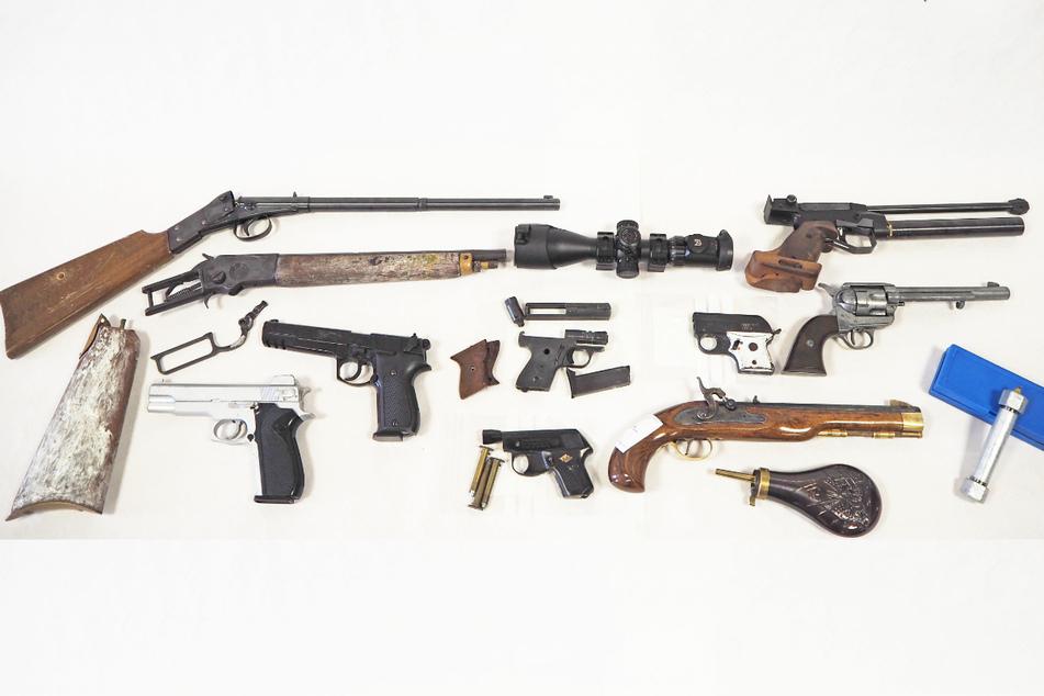 Bei einer Durchsuchung in Kaufbeuren im Allgäu hat die Polizei in Bayern Teile einer Rohrbombe und mehrere Schusswaffen gefunden.