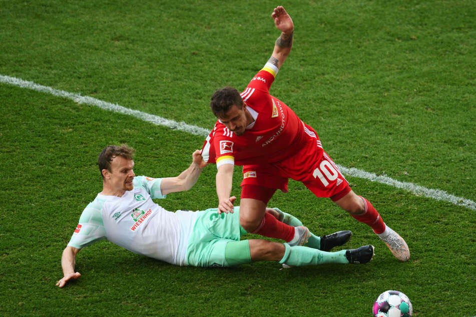 Unions Max Kruse (33, r.) im Zweikampf mit Werders Christian Groß (32). Im Spiel gegen die Bremer musste der Stürmer der Berliner zur Halbzeit angeschlagen ausgewechselt werden.