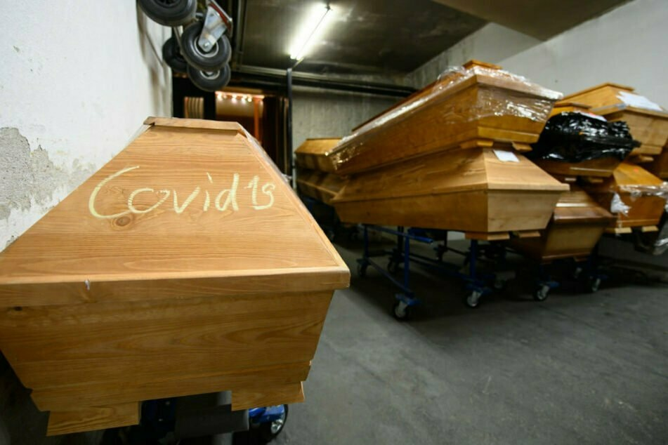 Die Särge mit den Corona-Toten müssen gekennzeichnet werden.