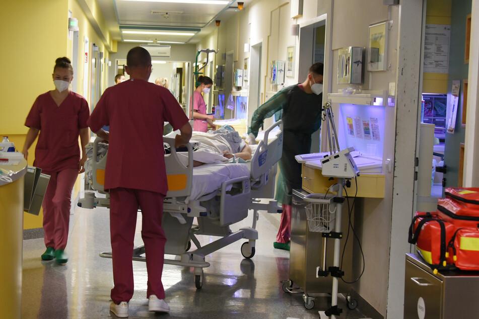 Die Zahl der bundesweit auf Intensivstationen behandelten Covid-19-Patienten ist in der vierten Corona-Welle erstmals wieder über 1000 gestiegen.