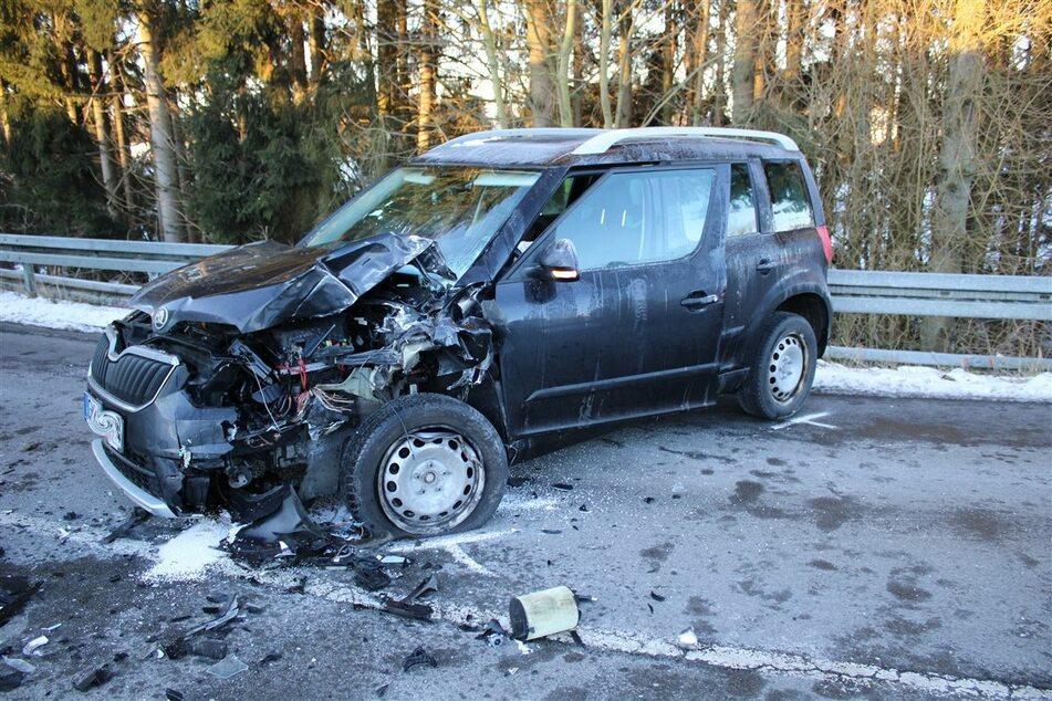 Die Fahrerin des schwarzen Skodas wurde beim Zusammenstoß mit dem Linienbus schwer verletzt.