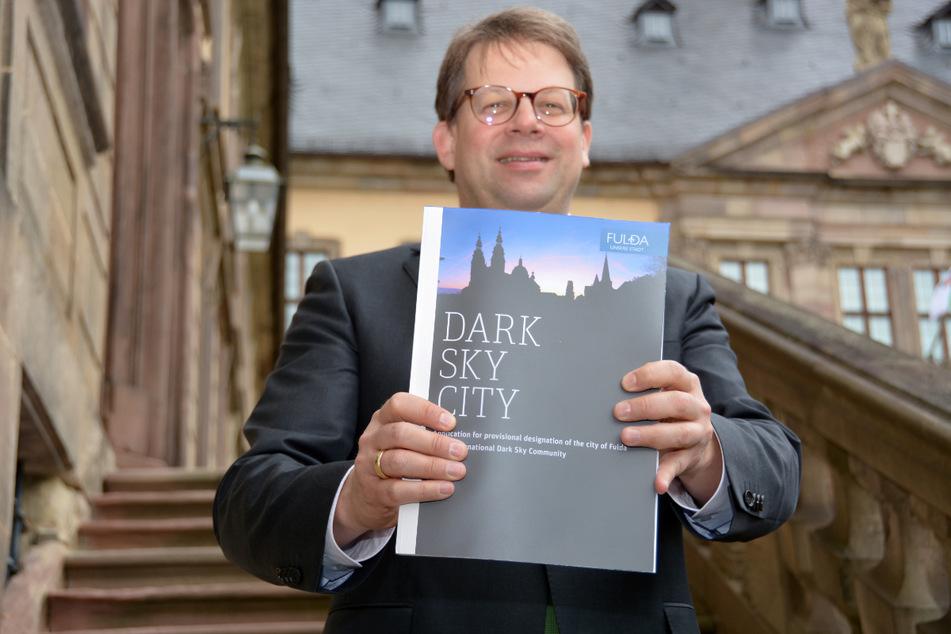 Oberbürgermeister Heiko Wingenfeld (CDU) präsentiert die Bewerbung zur Dark-Sky-Community vor dem Fuldaer Stadtschloss (Archivfoto).