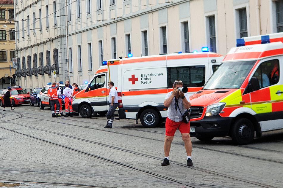 Rettungswagen sind in der Nähe des Tatorts zu sehen.