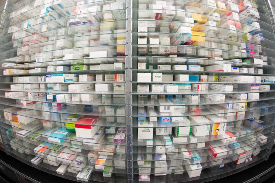 Medikamente liegen in den Regalen eines Kommissionierautomaten einer Apotheke.