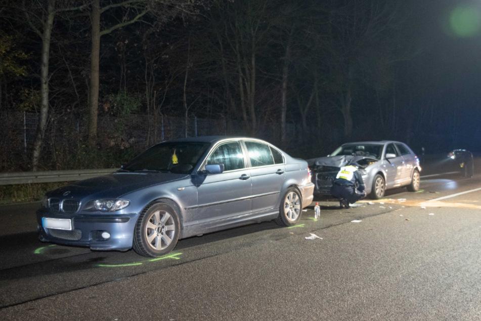 Ersten Erkenntnissen zufolge wurde der Mann bei dem Unfall auf der A 559 zwischen den beiden Fahrzeugen eingeklemmt.
