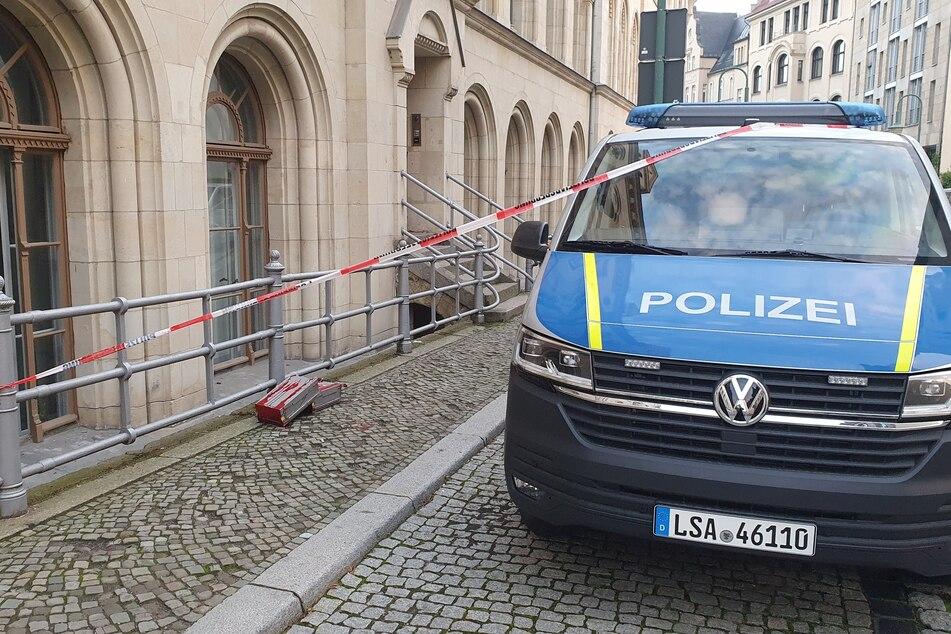 Die Polizei hat den Bereich vor dem Gebäude abgesperrt.