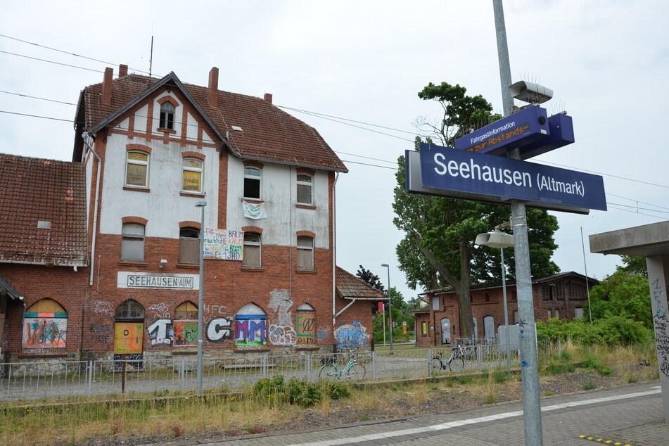 Am Bahnhof in Seehausen sind Teilnehmer einer Protestveranstaltung von einem Unbekannten mit Ku-Klux-Klan-Haube attackiert worden.