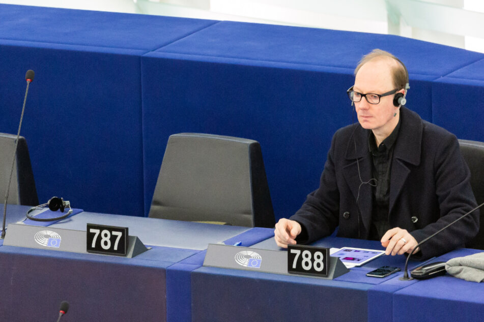 Satiriker Sonneborn lästert im EU-Parlament über Merkel