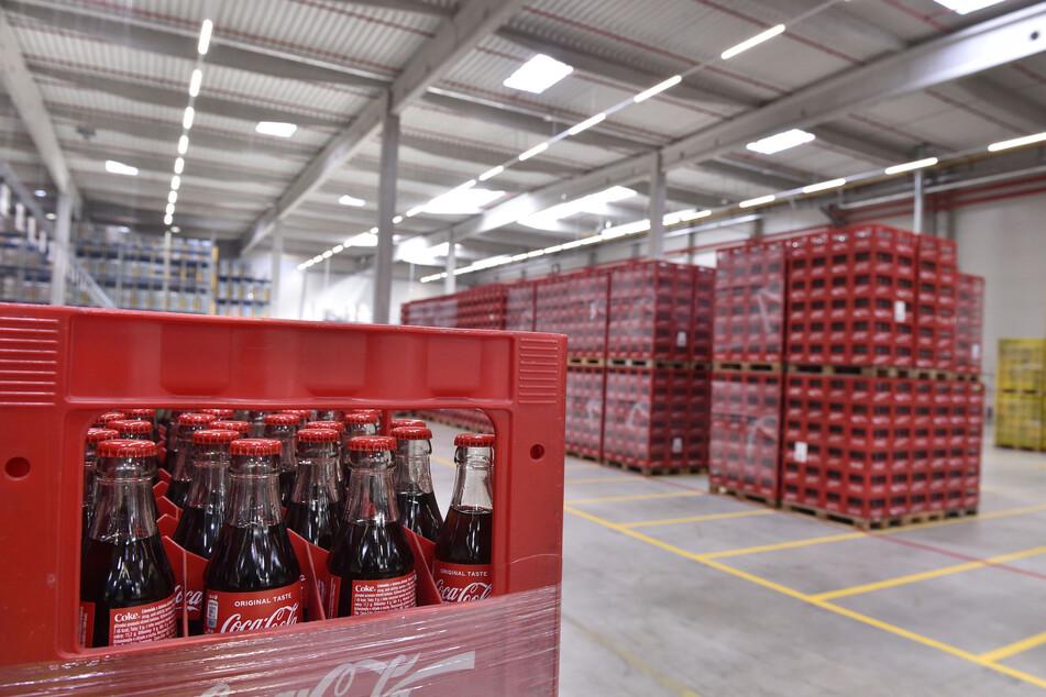 In einer Lagerhalle am Flughafen Brünn, die Coca-Cola zur Logistik nutzt, stehen hunderte Kästen mit Getränken der Marke.
