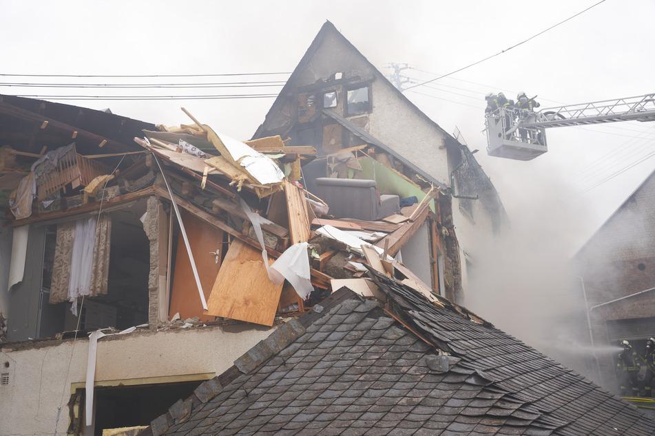 In dem Haus befand sich zum Zeitpunkt der Explosion noch ein 54-jähriger Mann, der schwer verletzt wurde.