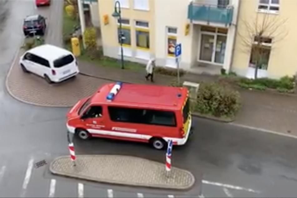 Im Bereich des Altersheims Goppeln platzierte sich das Feuerwehrauto, ein Kamerad machte den Einwohnern per Lautsprecher Mut in der schweren Zeit.