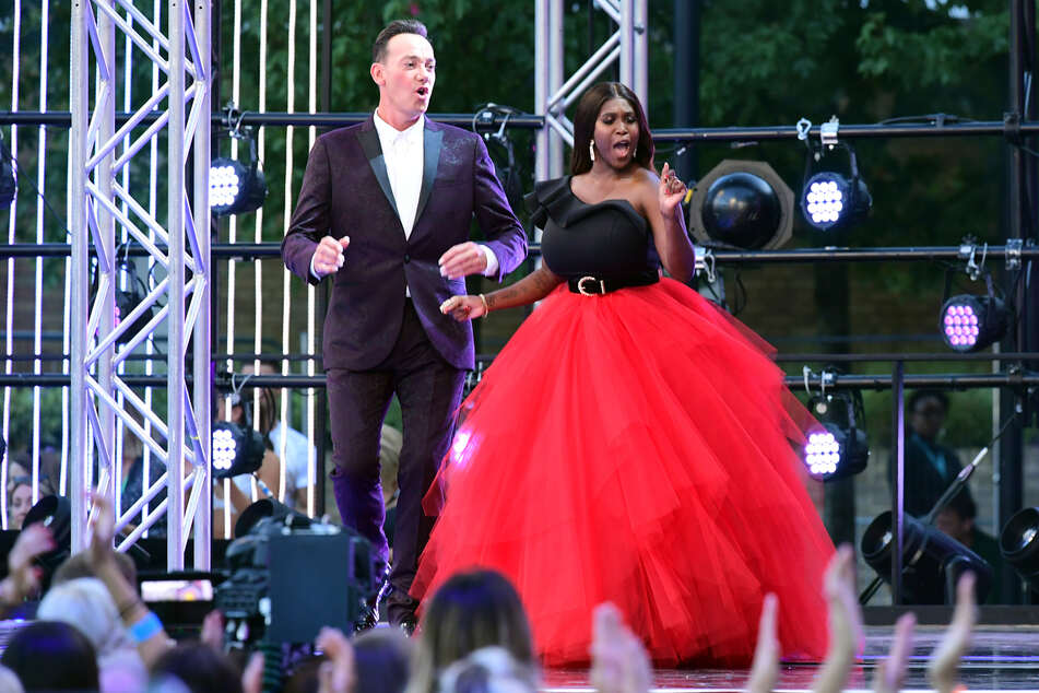 "Motsi Mabuse (39) zusammen mit ""Strictly-Come-Dancing""-Jury-Kollege Craig Revel Horwood (55)."