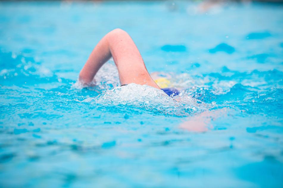 Erstmals seit über einem halben Jahr ist am Samstag in NRW wieder ein Schwimmbad für den Publikumsverkehr geöffnet worden. (Archivbild)