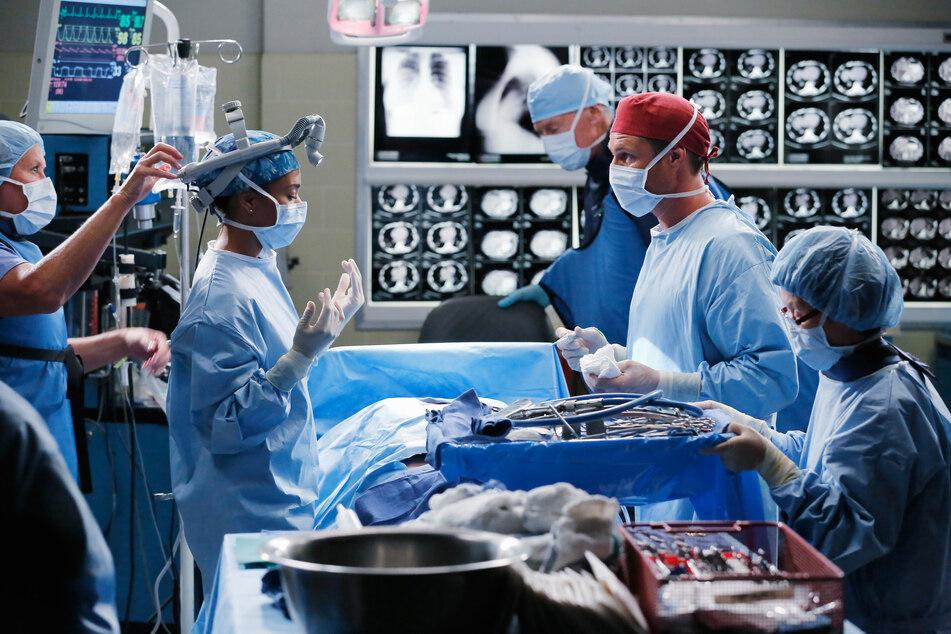 """Ein Ärzteteam im OP-Saal - eine Szene aus """"Grey's Anatomy""""."""