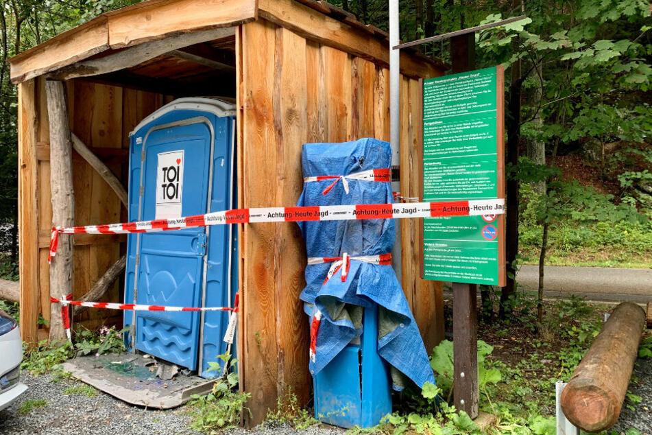 Der Parkautomat und das Toilettenhäuschen wurden von der Polizei abgesperrt.