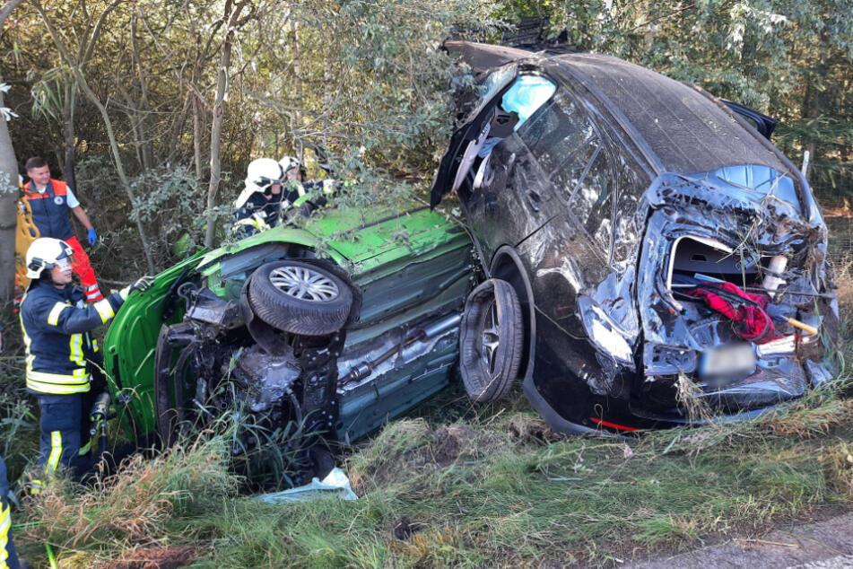 Der Mercedes liegt auf dem grünen VW Caddy. Alle vier Insassen der beiden Autos wurden schwer verletzt.