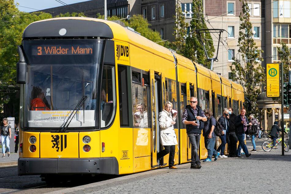 Nur wenige Menschen steigen in Dresden an einer Haltestelle um.