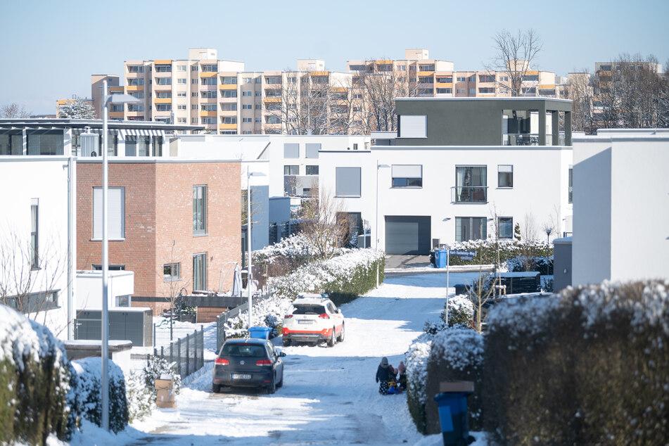 """Neubauten stehen im Stadtteil Haidach vor Mehrfamilienhäusern, die von dem ehemaligen Bau- und Wohnungsunternehmen """"Neue Heimat"""" gebaut wurden."""