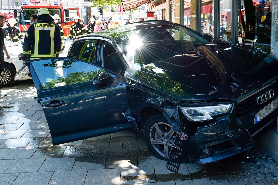 Ein Auto ist in München mit einem Motorrad kollidiert und dann in ein Schaufenster gekracht. Zwei Menschen sind verletzt.