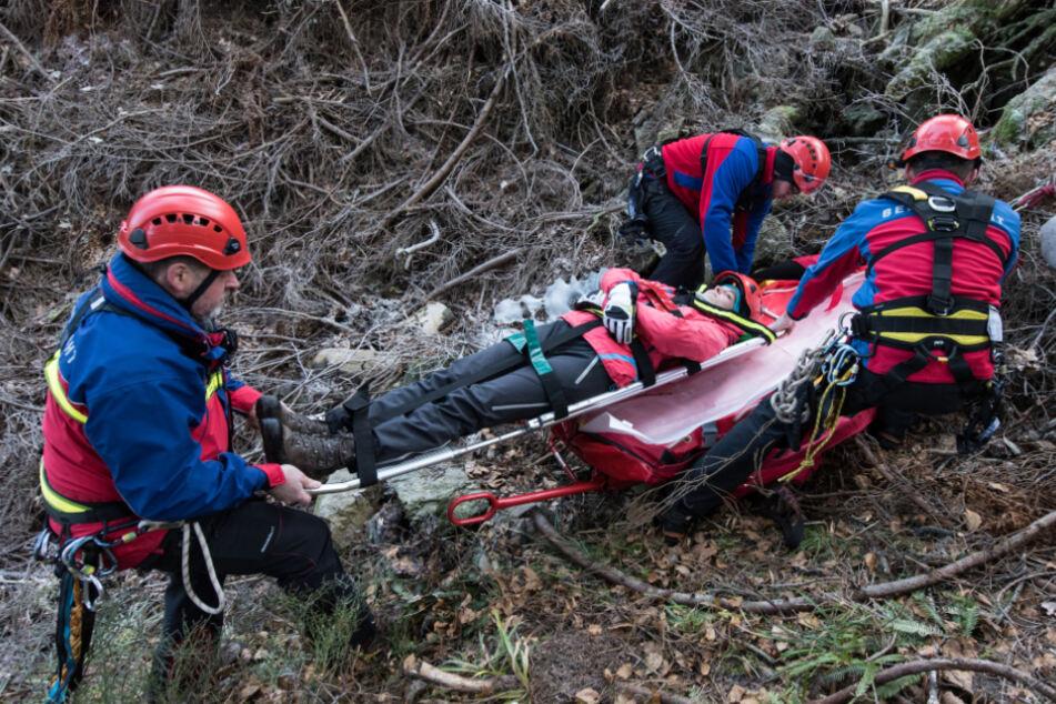 Bergretter der Bergwacht üben auf dem Feldberg im Schwarzwald die Rettung einer verletzten Person, die an einem Abhang abgestürzt war.