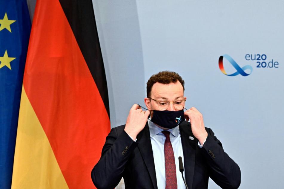 Jens Spahn (40, CDU), Bundesgesundheitsminister, nimmt zu Beginn einer Videokonferenz der EU-Gesundheitsminister seinen Mundschutz mit einem Logo der deutschen EU-Ratspräsidentschaft 2020 ab.