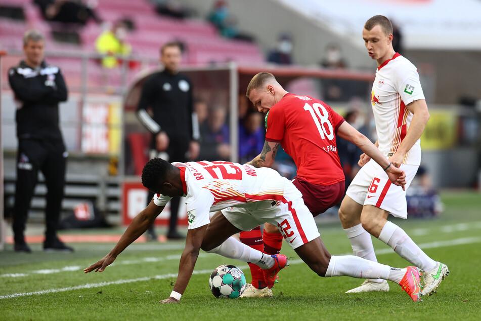 Kölns Mittelfeldspieler Ondrej Duda (26, M) hatte im Zweikampf mit gleich zwei Leipzigern nichts zu Lachen.