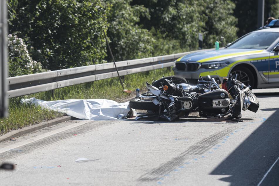 Laster knallt in Harley-Davidson-Duo: Ein Toter, ein Schwerverletzter
