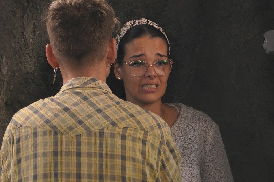 Elene Lucia Ameur lässt sich auch nicht von Katy Bähm beruhigen. sie versteht den Streit mit Senay nicht.