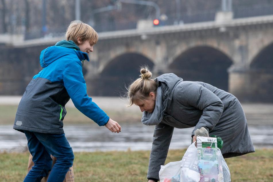 Familien, die am Elbufer Abfall sammeln gehen (müssen), auch das ist ein sichtbarer Teil des Müll-Problems.
