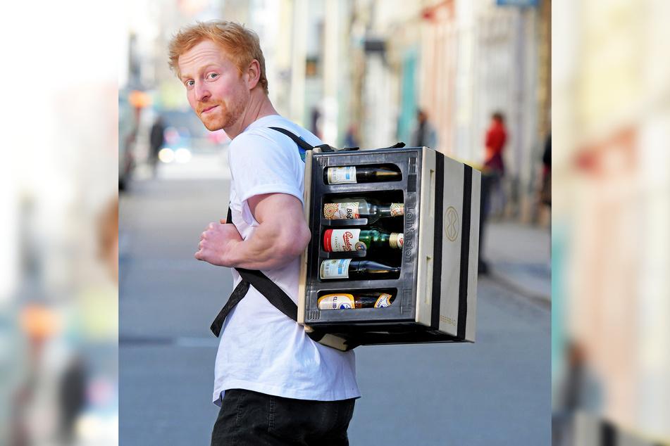 """Tilmann Rothe (22) zieht mit seinem """"BeerBag"""" auf dem Rücken durch die Dresdner Neustadt."""