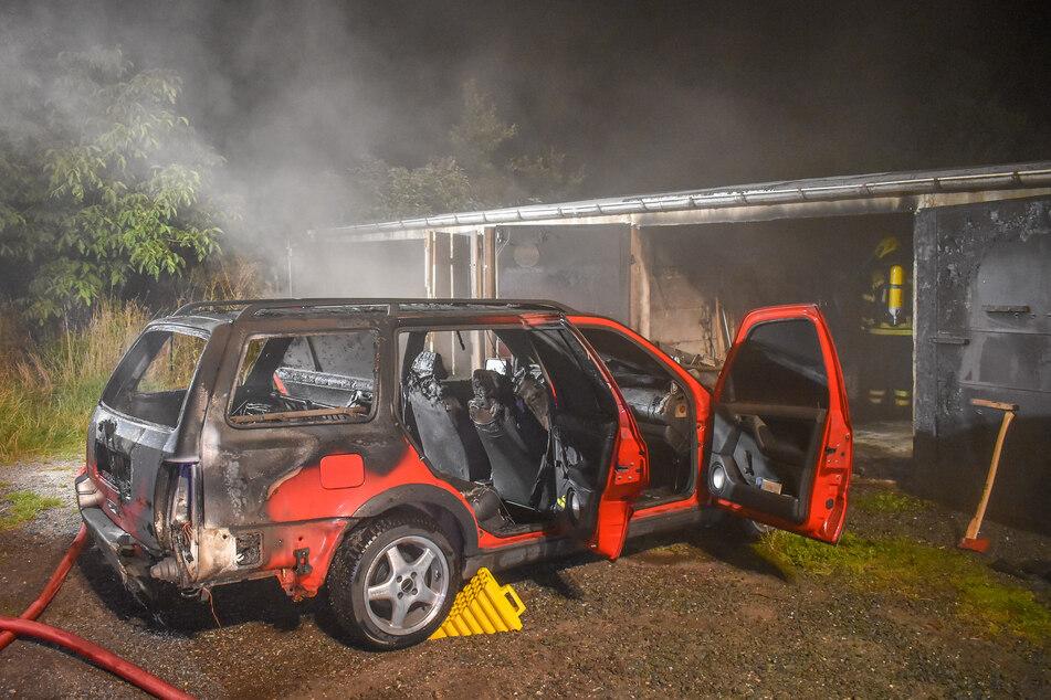 Der VW Golf stand in Lugau in einer Garage in Flammen.
