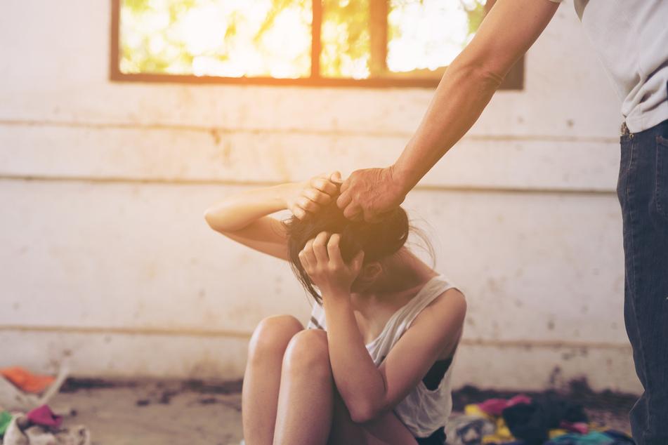 Erst vergewaltigte der leibliche Vater seine Tochter (16), dann auch noch sein Stiefsohn.