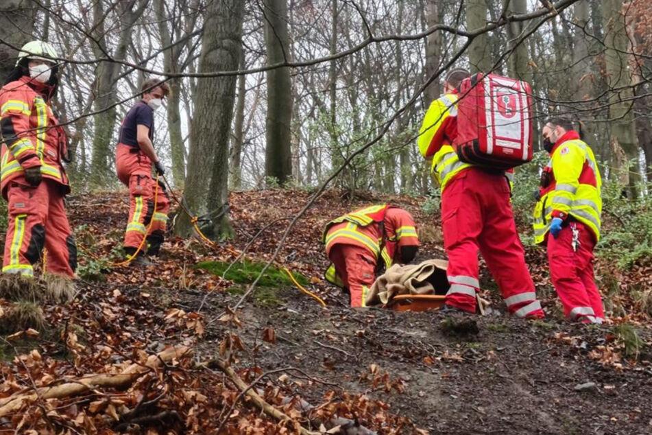 Unglücklicher Sturz bei Wanderung: Feuerwehr rettet Frau im Wald