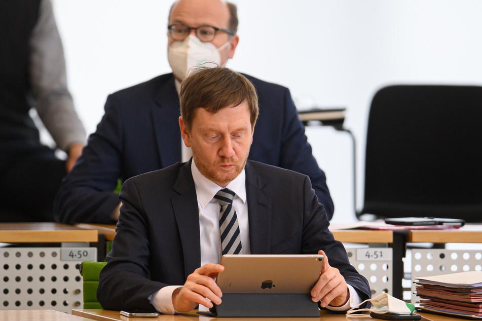 MP Michael Kretschmer (45, CDU) schaut vor Beginn der Sitzung des Sächsischen Landtages am Donnerstag noch mal auf sein iPad.