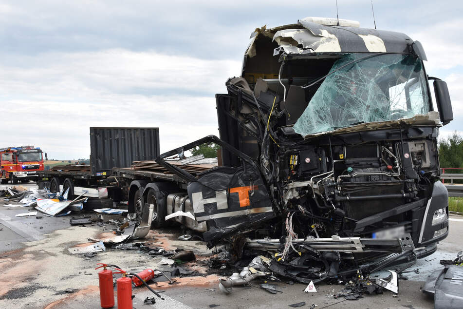 Unfall A72: Drei Lkw krachen auf A72 zusammen: Ein Schwerverletzter, langer Stau