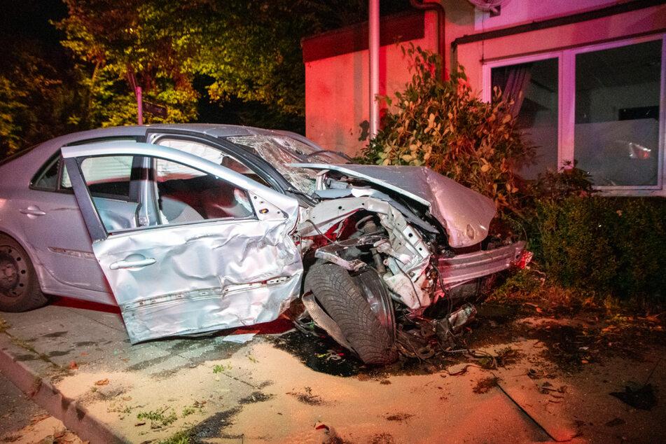 Der Renault-Fahrer verlor die Kontrolle und krachte in das Wohnhaus.