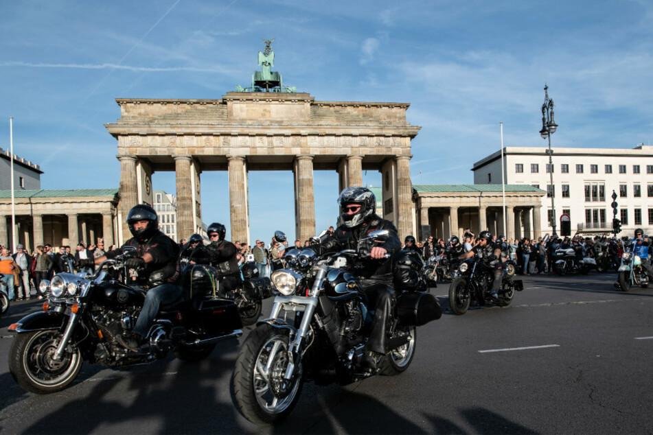 Teilnehmer der 2019er Motorrad-Demonstration der Hells Angels fahren am Brandenburger Tor vorbei.