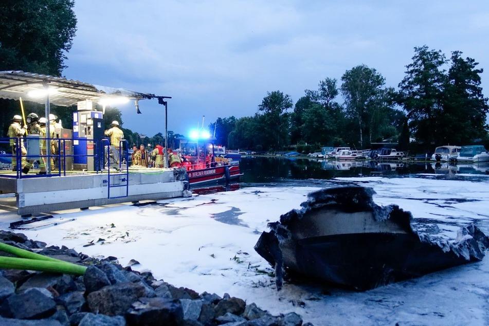 Ein Sportboot ist in Berlin-Köpenick abgebrannt.