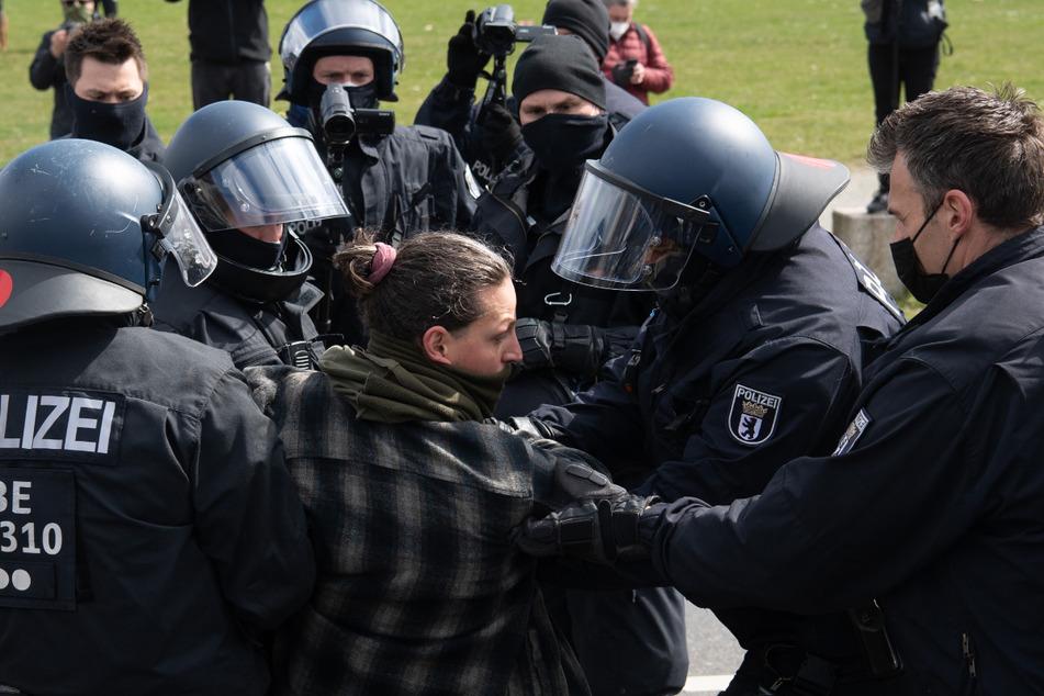 Polizeibeamte führen im Regierungsviertel einen Demonstranten ab, der gegen die Verschärfung des Infektionsschutzgesetzes protestierte.