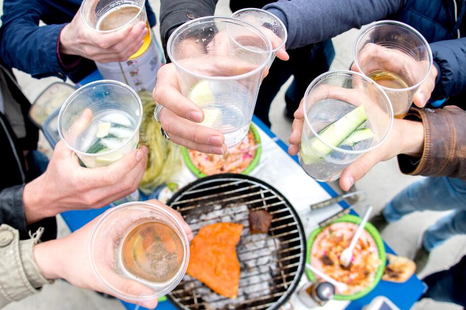 Ein steigender Alkoholpegel führt oft dazu, dass Corona-Regeln vergessen werden.