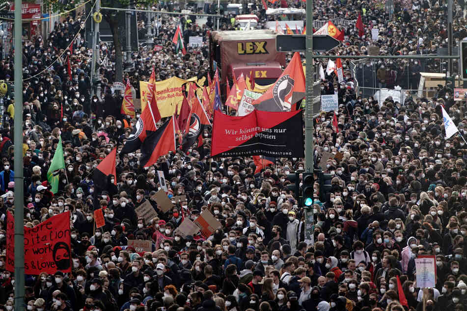 "Berlin: Teilnehmer gehen beim Demonstrationszug linker und linksradikaler Gruppen unter dem Motto ""Demonstration zum revolutionären 1. Mai"" durch die Stadt."